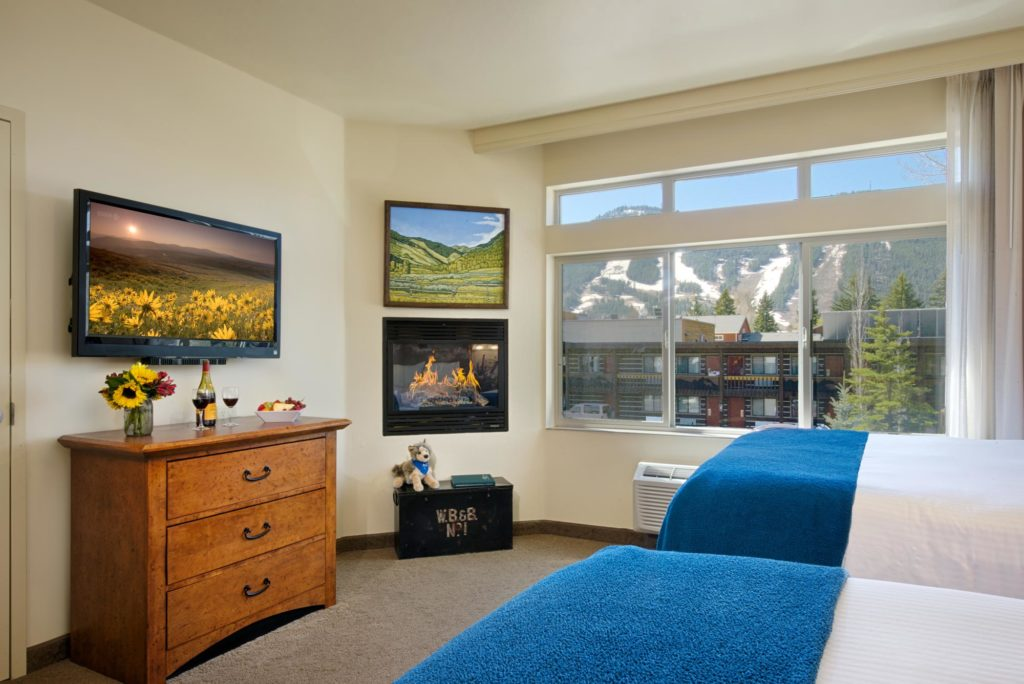 One bedroom suite two queen fireplace the lexington hotel for 2 bedroom suites in jackson hole wy